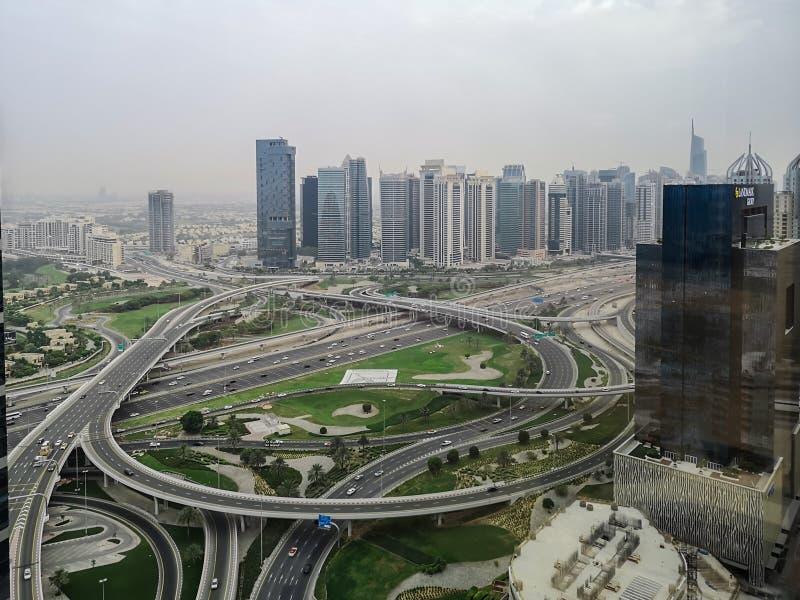 迪拜摩天大楼和高速公路路空中射击-迪拜媒介城市和迪拜小游艇船坞 免版税库存图片