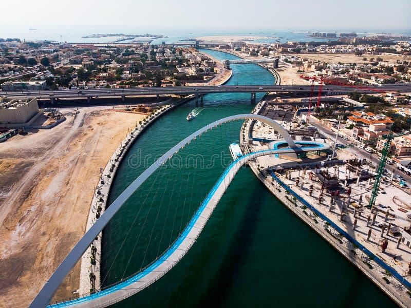 迪拜水运河在The Creek天线的容忍桥梁 免版税库存图片