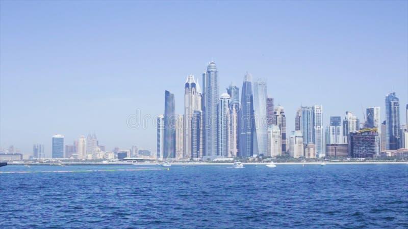 迪拜水运河,迪拜,阿联酋 股票 摩天大楼看法在从水的迪拜 免版税库存图片
