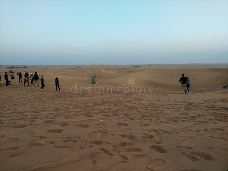 迪拜沙漠徒步旅行队 库存图片