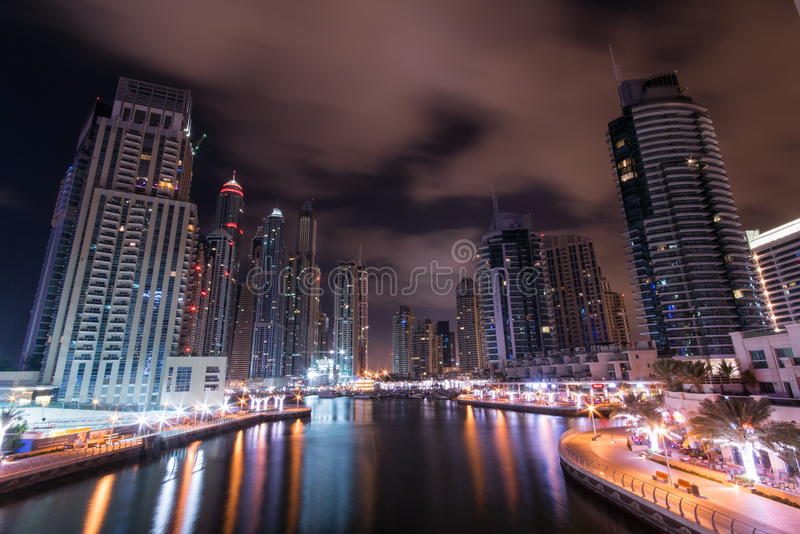 Download 迪拜海滨广场晚上 编辑类照片. 图片 包括有 地标, 办公室, 迪拜, 节假日, 拱道, 布琼布拉, 豪华 - 72357506