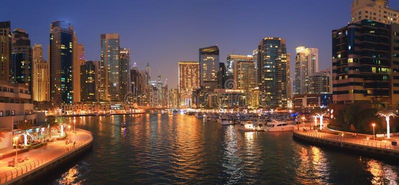 迪拜的夜都市风景 免版税库存图片
