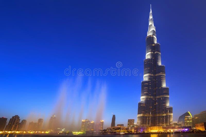 迪拜的街市有Burj哈利法大厦的在黄昏 免版税图库摄影
