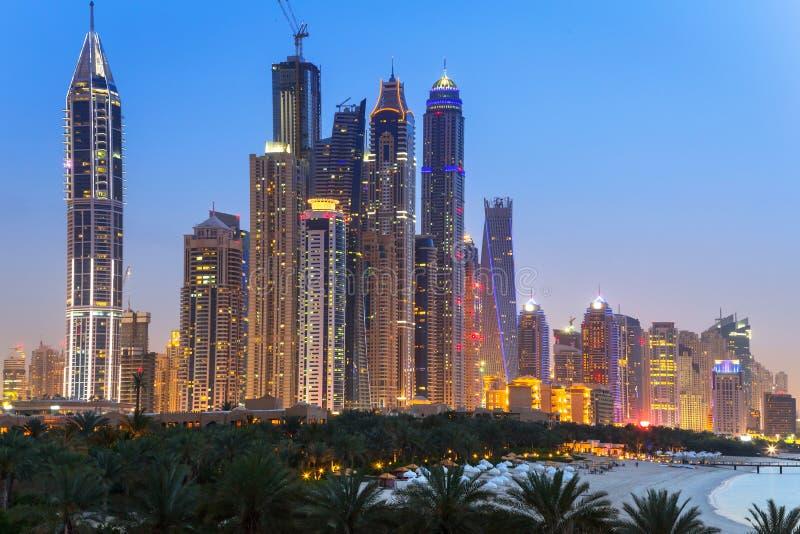 迪拜的都市风景在晚上 库存图片