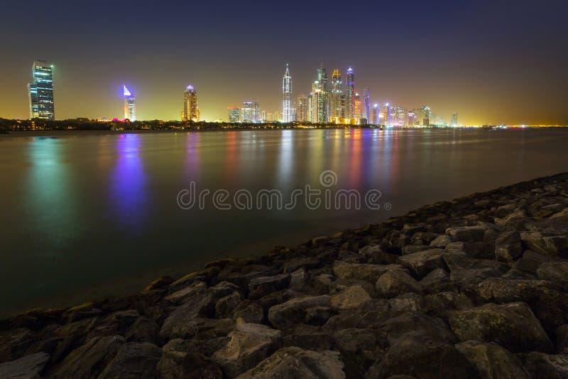 迪拜的都市风景在晚上 免版税库存照片