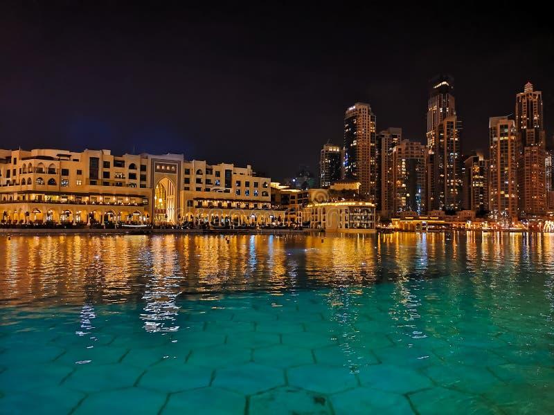 迪拜的都市风景在水中反射了在晚上 库存照片