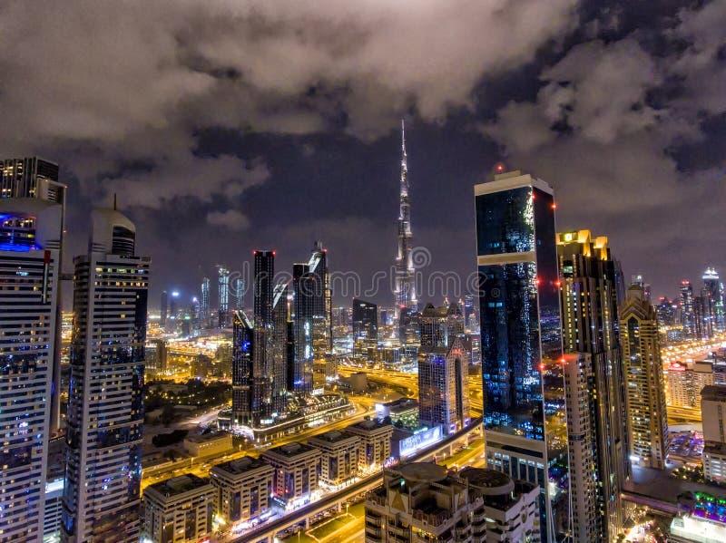 迪拜街市摩天大楼夜鸟瞰图,团结的阿拉伯人Emi 库存图片