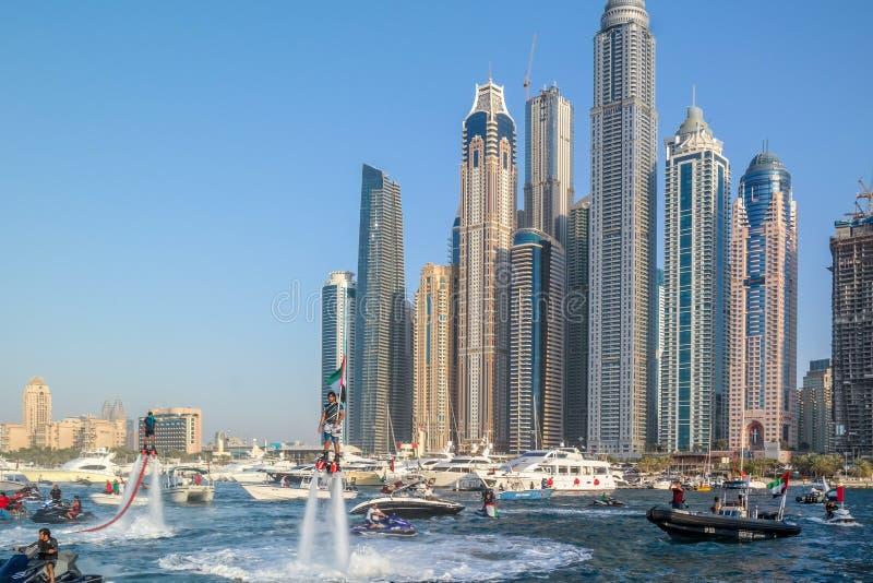 迪拜跳伞市的乐趣和水活动性,在迪拜小游艇船坞的旅游景点 免版税图库摄影