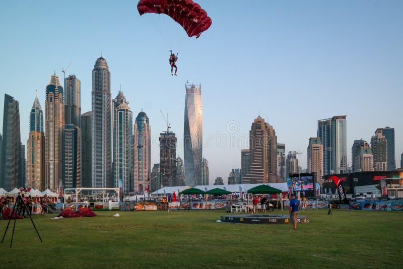 迪拜跳伞市的乐趣和水活动性,在迪拜小游艇船坞的旅游景点 免版税库存图片