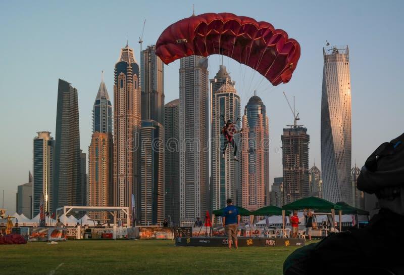 迪拜跳伞市的乐趣和水活动性,在迪拜小游艇船坞的旅游景点 库存图片