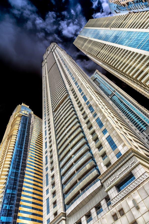 迪拜阿联酋,极端高住宅塔在城市的中心,拍摄从一个低观点,在 库存照片