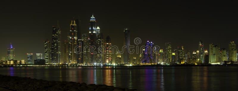 迪拜,阿拉伯联合酋长国的美好的全景夜间的团结了阿拉伯人 免版税图库摄影