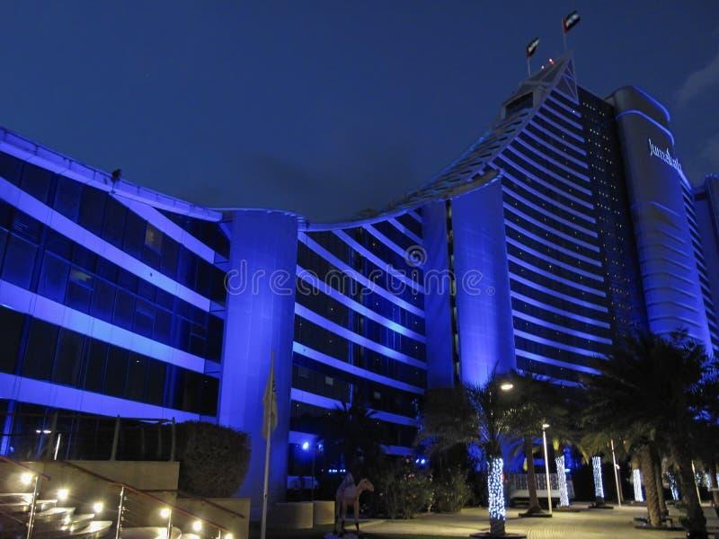 迪拜,阿拉伯联合酋长国- 2017年3月,03日:豪华卓美亚奢华酒店集团海滩旅馆的看法一家专属旅馆在晚上 库存图片