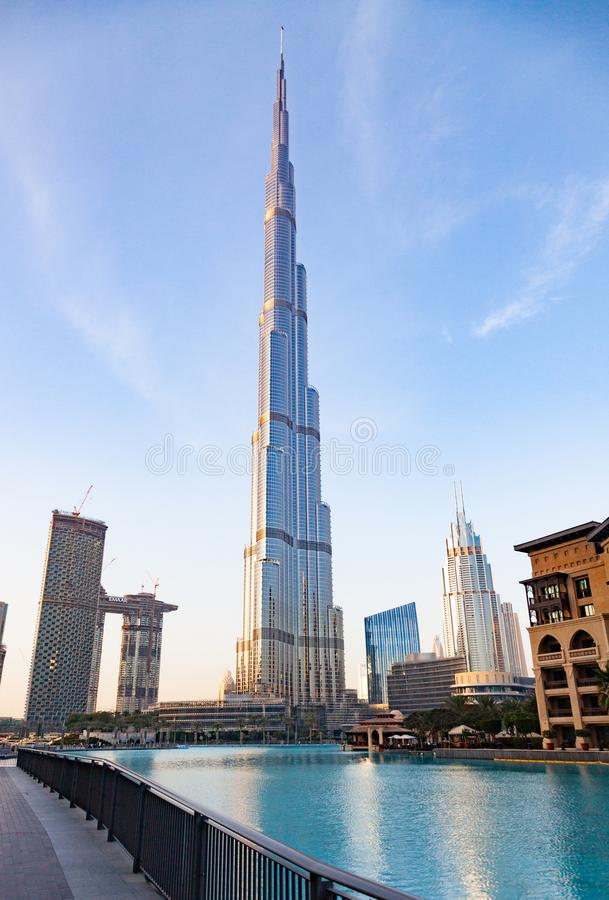 迪拜,阿拉伯联合酋长国- 2018年2月:哈里发塔,world& x27;s最高的塔在晚上,街市Burj迪拜 免版税库存图片