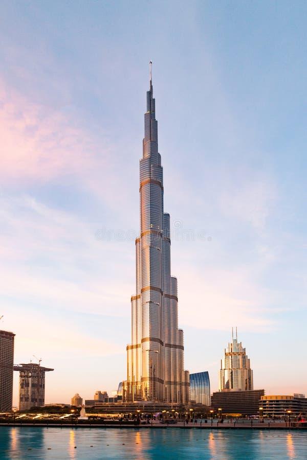 迪拜,阿拉伯联合酋长国- 2018年2月:哈里发塔,world& x27;s最高的塔在晚上,街市Burj迪拜 免版税图库摄影