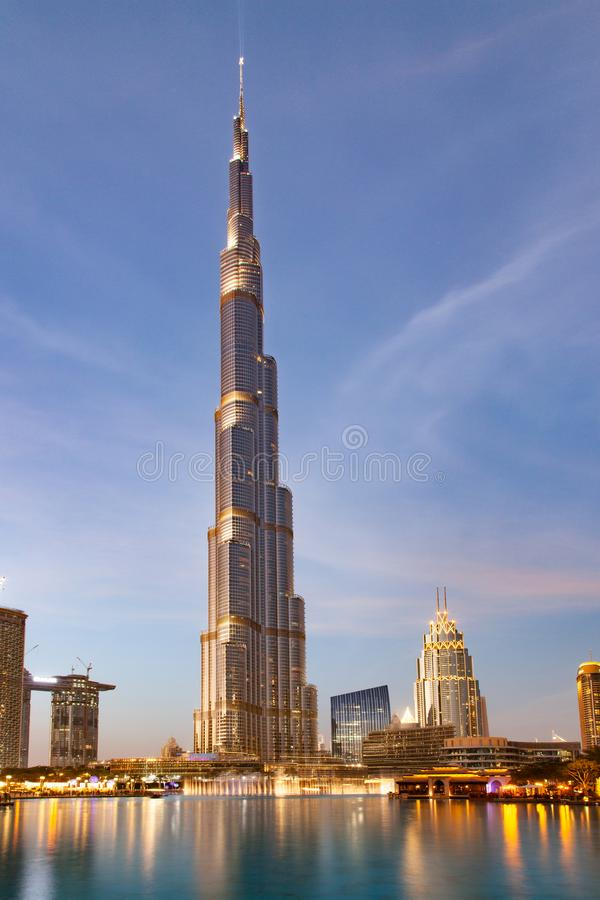 迪拜,阿拉伯联合酋长国- 2018年2月:哈里发塔,world& x27;s最高的塔在晚上,街市Burj迪拜 库存照片