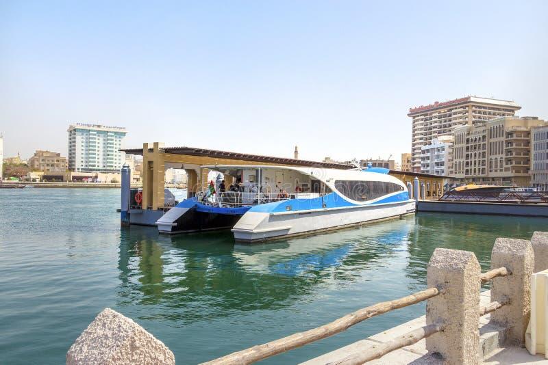 迪拜,阿拉伯联合酋长国2018年2月:现代迪拜轮渡 Ghubaiba水驻地 免版税库存图片