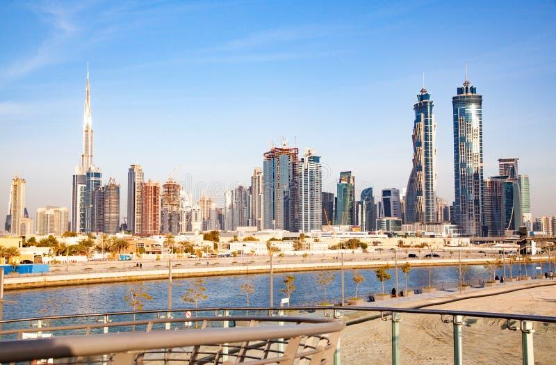 迪拜,阿拉伯联合酋长国- 2018年2月:迪拜街市摩天大楼和哈里发塔观察从迪拜水运河 图库摄影