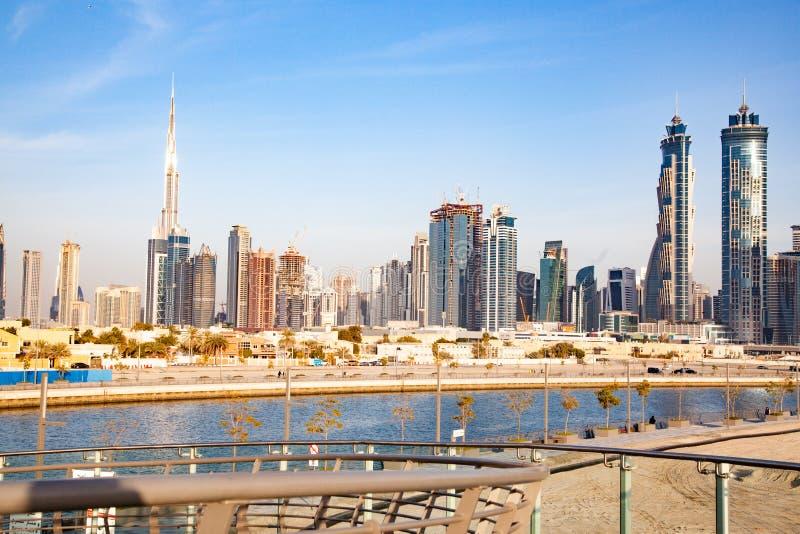 迪拜,阿拉伯联合酋长国- 2018年2月:迪拜街市摩天大楼和哈里发塔观察从迪拜水运河 免版税库存图片