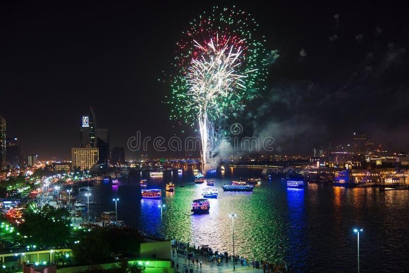 迪拜,阿拉伯联合酋长国- 2019年6月4日:在迪拜Creek的烟花在庆祝斋月的结尾的Deira在迪拜 免版税库存照片