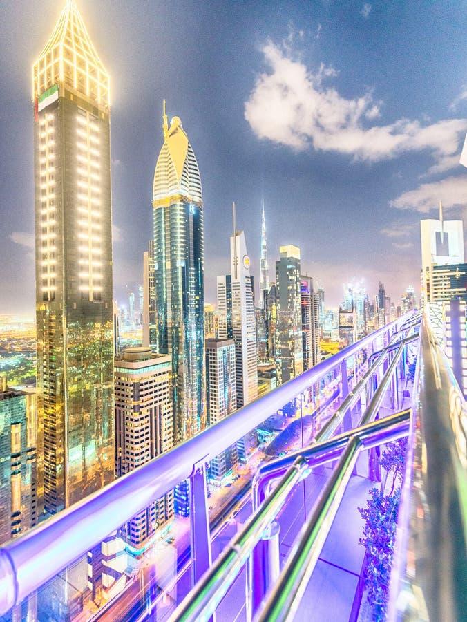 迪拜,阿拉伯联合酋长国- 2016年12月11日:Shekh扎耶德路在晚上, aeria 免版税库存照片