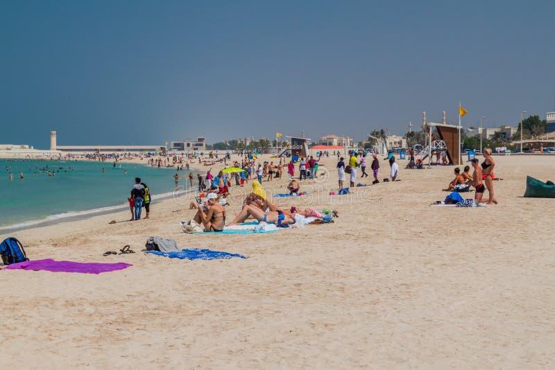 迪拜,阿拉伯联合酋长国- 2016年10月21日:公开海滩的卓美亚奢华酒店集团人们在迪拜,团结的阿拉伯人Emirat 库存照片
