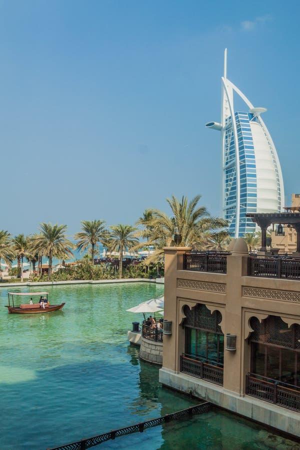 迪拜,阿拉伯联合酋长国- 2016年10月21日:观点的Burj从Madinat卓美亚奢华酒店集团旅馆在迪拜,团结的阿拉伯人Emirat的Al阿拉伯人 免版税库存照片