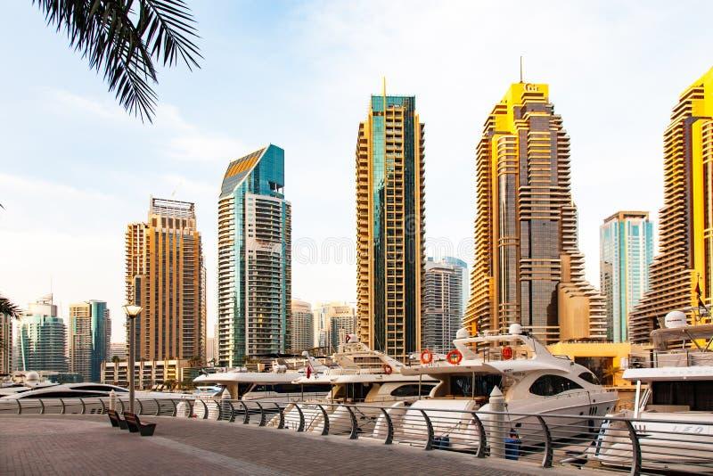 迪拜,阿拉伯联合酋长国- 2018年2月:发光在日出光的现代摩天大楼看法在迪拜小游艇船坞在迪拜,阿拉伯联合酋长国 免版税库存照片
