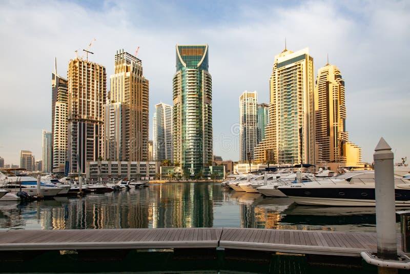 迪拜,阿拉伯联合酋长国- 2018年2月:发光在日出光的现代摩天大楼看法在迪拜小游艇船坞在迪拜,阿拉伯联合酋长国 免版税库存图片