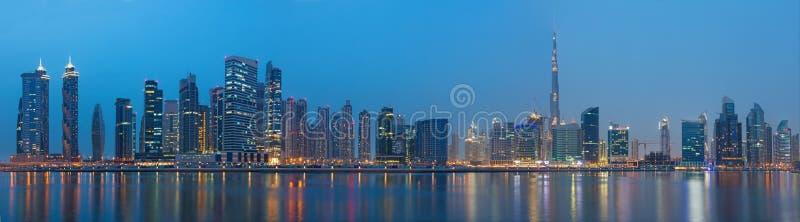 迪拜,阿拉伯联合酋长国- 2017年3月23日:在新的运河的晚上全景有街市的和Burj哈利法耸立 库存照片