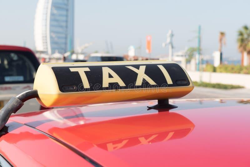 迪拜,阿拉伯联合酋长国- 1月12日:在迪拜等待的顾客的出租汽车 2015年1月12日在迪拜,阿联酋, Jumeirah海滩区域 免版税库存图片