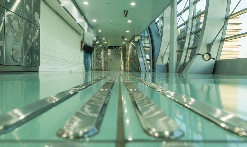 迪拜,阿拉伯联合酋长国- 2016年11月10日:地铁车站内部在迪拜 地铁当世界` s充分地长期自动化地铁网络75 km 免版税图库摄影