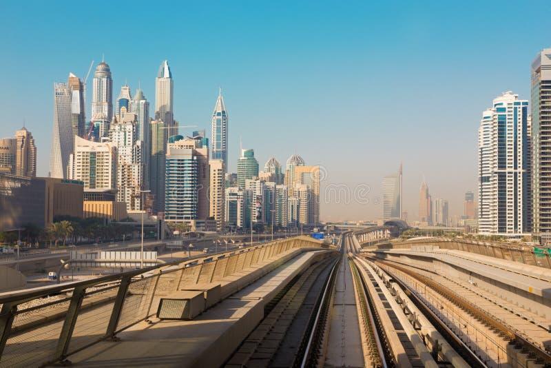 迪拜,阿拉伯联合酋长国- 2017年4月1日:小游艇船坞塔和地铁路轨  图库摄影