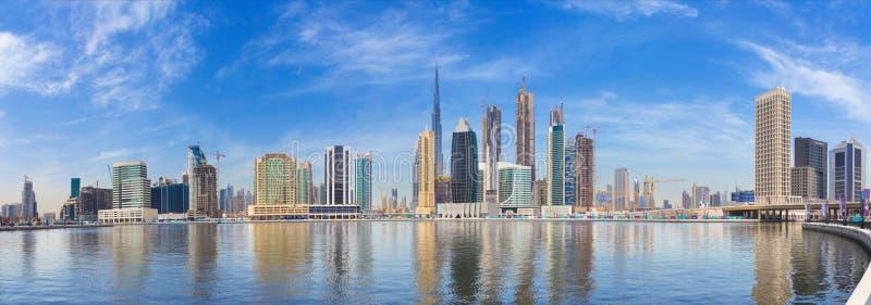 迪拜,阿拉伯联合酋长国- 2017年3月29日:有街市新的运河和摩天大楼的全景  库存图片