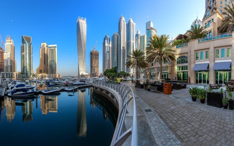 迪拜,阿拉伯联合酋长国- 10月12日:现代大厦在迪拜小游艇船坞,迪拜 库存图片