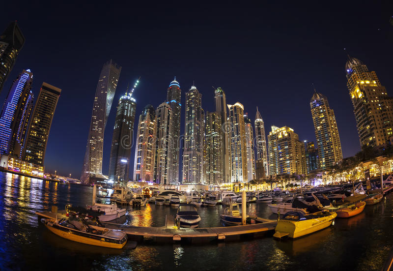 迪拜,阿拉伯联合酋长国- 2月28日:黄昏的迪拜小游艇船坞 免版税库存图片