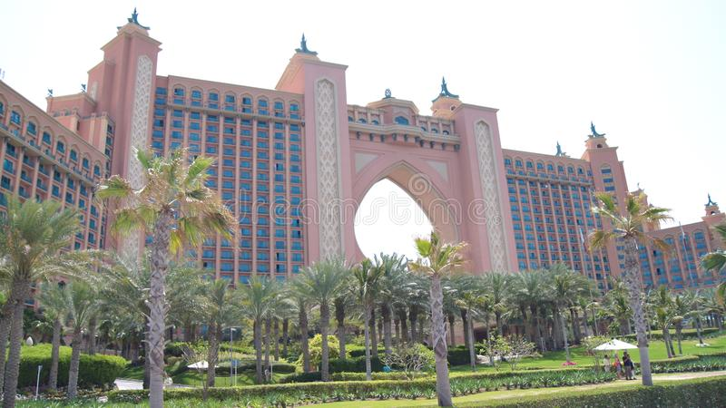 迪拜,阿联酋- 2014年4月2日, :Jumeirah的棕榈岛举世闻名的亚特兰提斯旅馆 免版税库存图片
