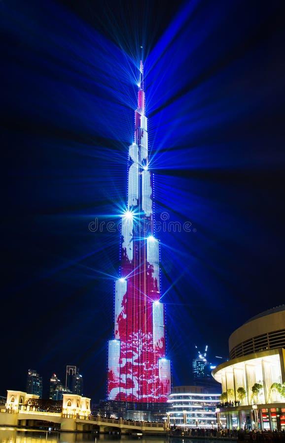 迪拜,阿联酋- 2018年2月24日:在Burj Khailfa的激光展示与在迪拜购物中心的喷泉展示 免版税库存图片