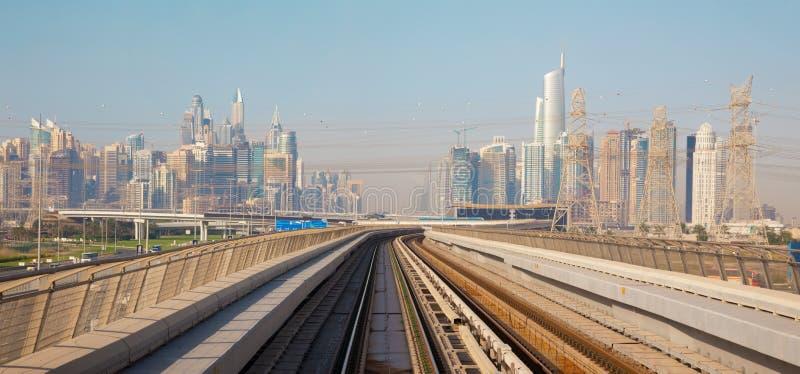 迪拜-小游艇船坞塔和路轨地铁 图库摄影