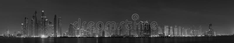 迪拜-小游艇船坞塔晚上全景  免版税库存照片