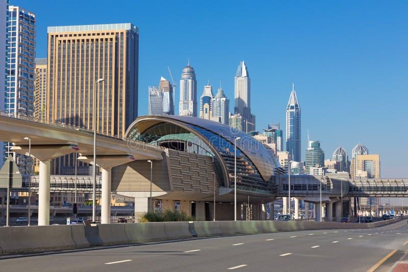 迪拜-码头塔和地铁轨道 免版税库存照片