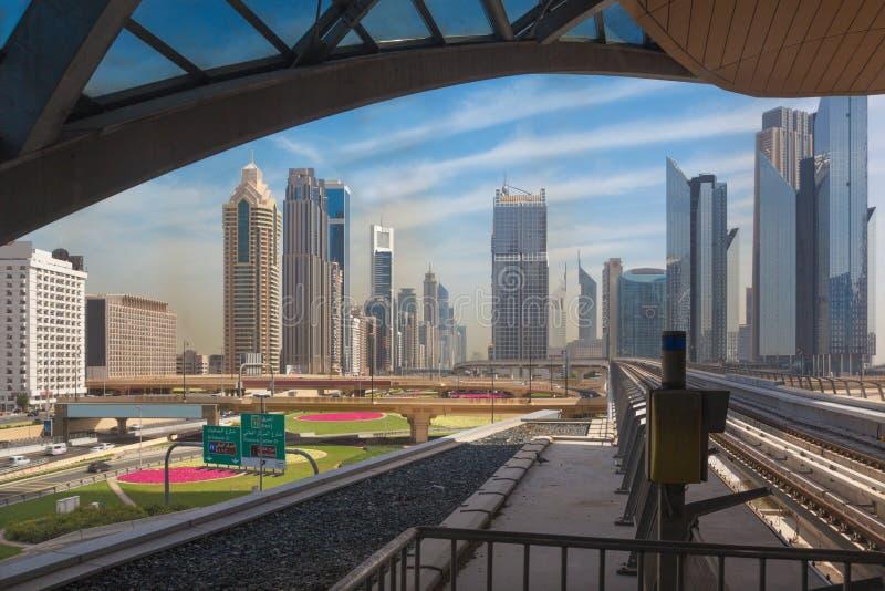 迪拜-街市摩天大楼和路轨地铁 库存图片