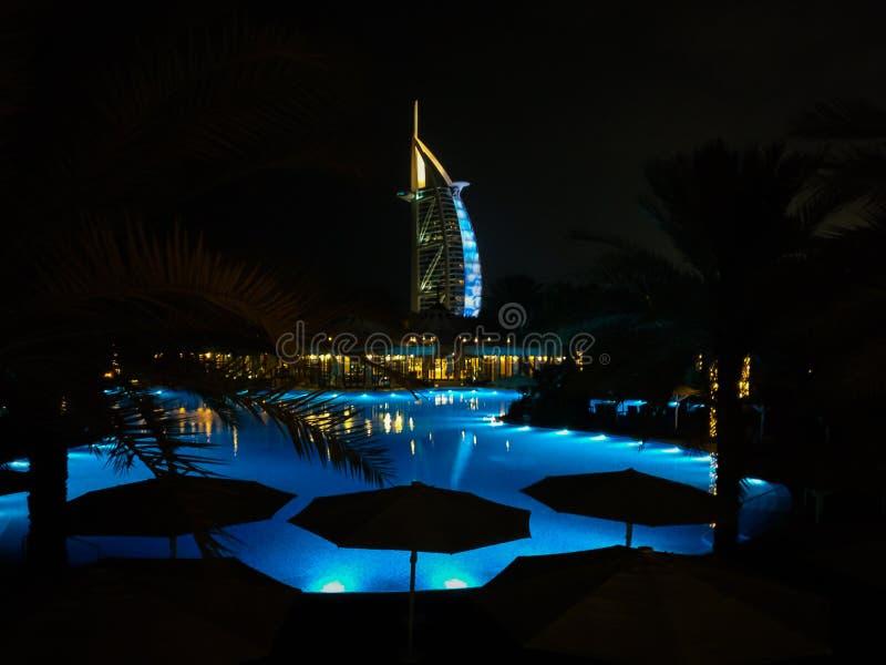 迪拜Bur Al阿拉伯地标美丽的射击在一个水池后的晚上在卓美亚奢华酒店集团市 免版税库存照片
