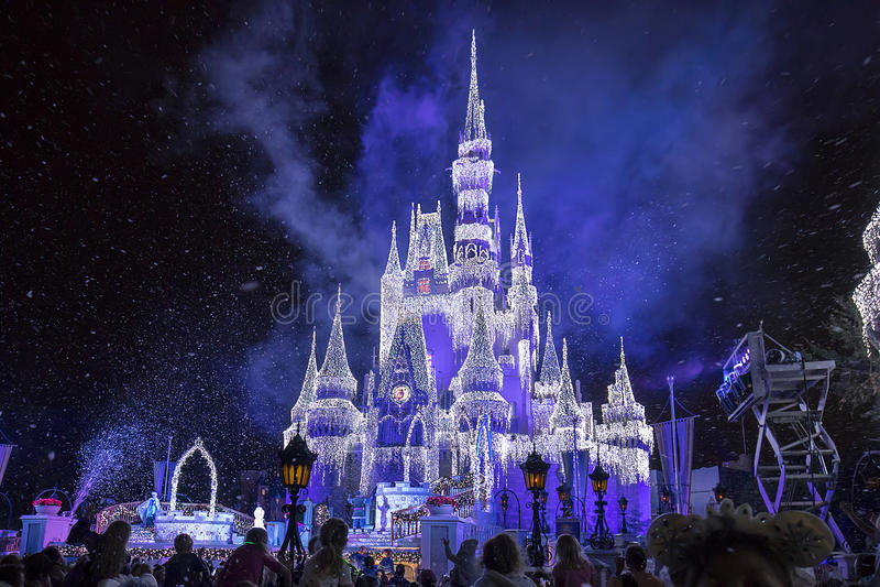 迪斯尼与圣诞节冰柱的` s灰姑娘城堡 免版税库存照片