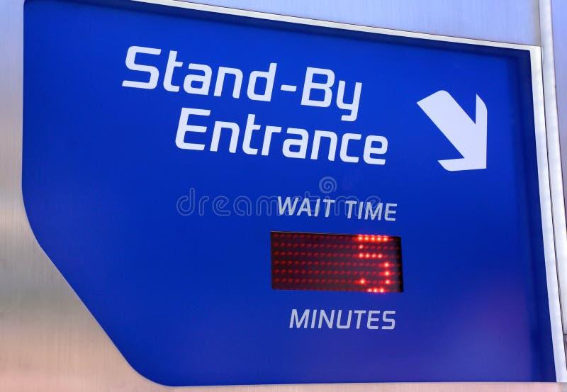 迪斯尼乐园乘驾候补等待时间标志 库存照片