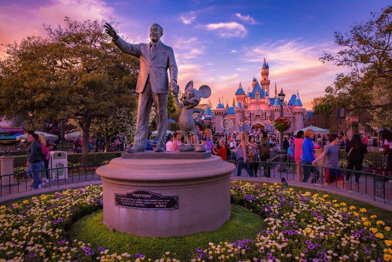 迪斯尼乐园和华特・迪士尼雕象 免版税图库摄影