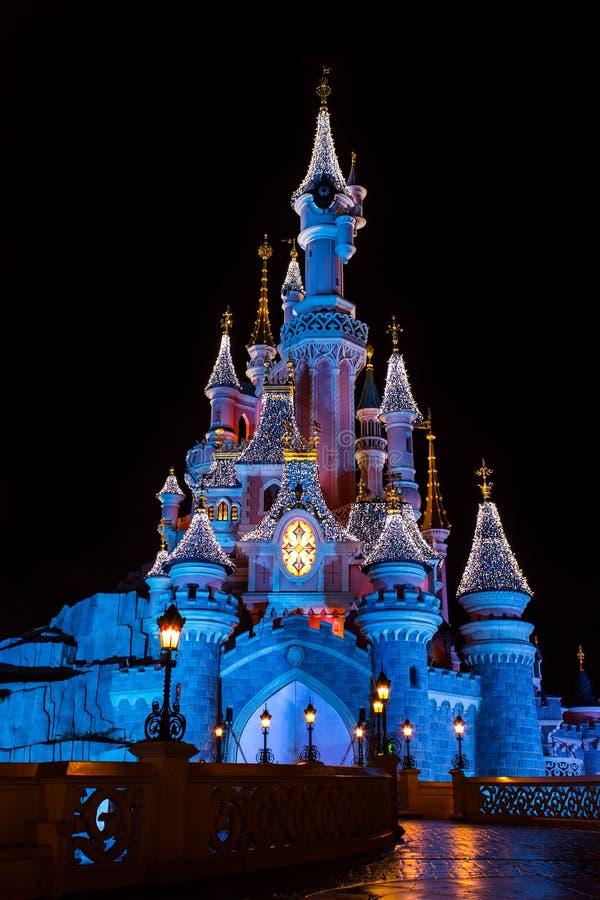 迪斯尼乐园巴黎城堡在与圣诞节装饰的晚上 免版税库存图片