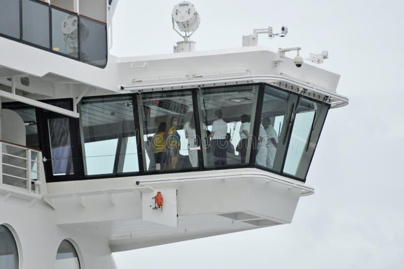 迪斯尼作在桥梁的游轮乘员组 免版税库存图片