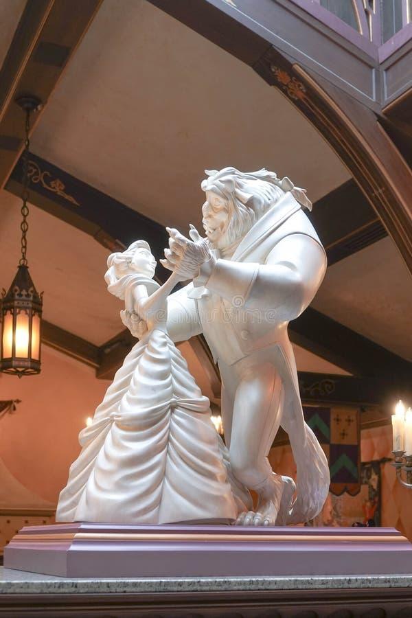 迪斯尼的野兽公主佳丽和一起跳舞石雕塑照片  库存照片