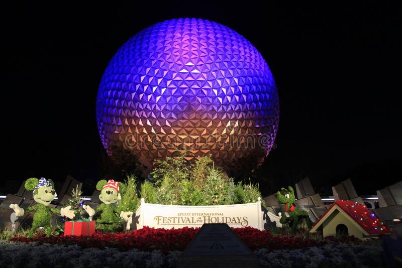 迪斯尼` s EPCOT在晚上被照亮的中心球形在与米老鼠、Minnie和冥王星字符的节日期间放牧scul 免版税库存照片